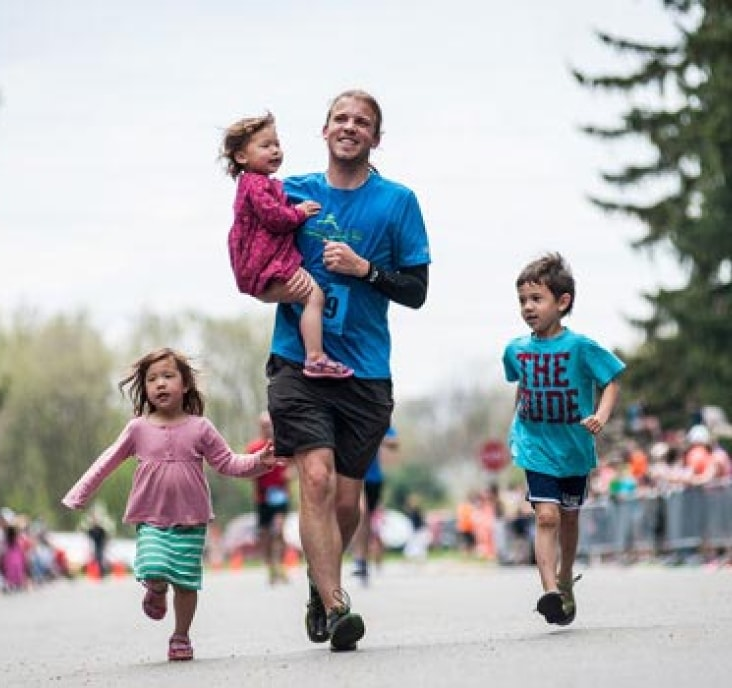 father and his kids running a marathon