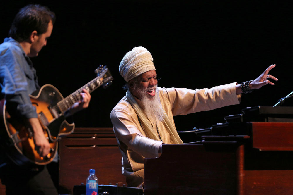 Dr. Lonnie Smith singing on stage