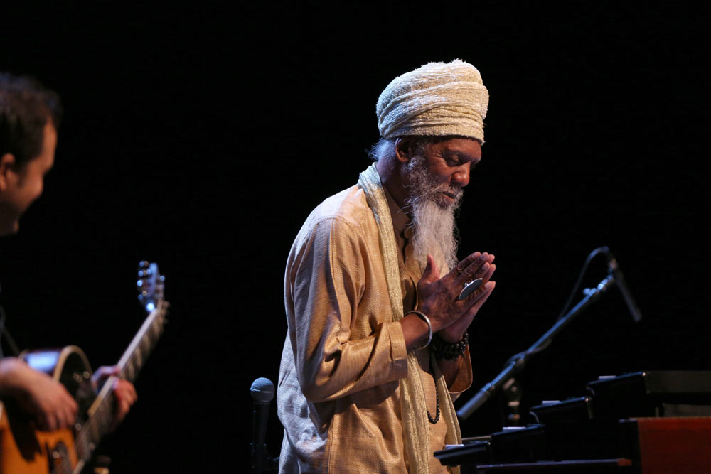 close up of Dr. Lonnie Smith praying