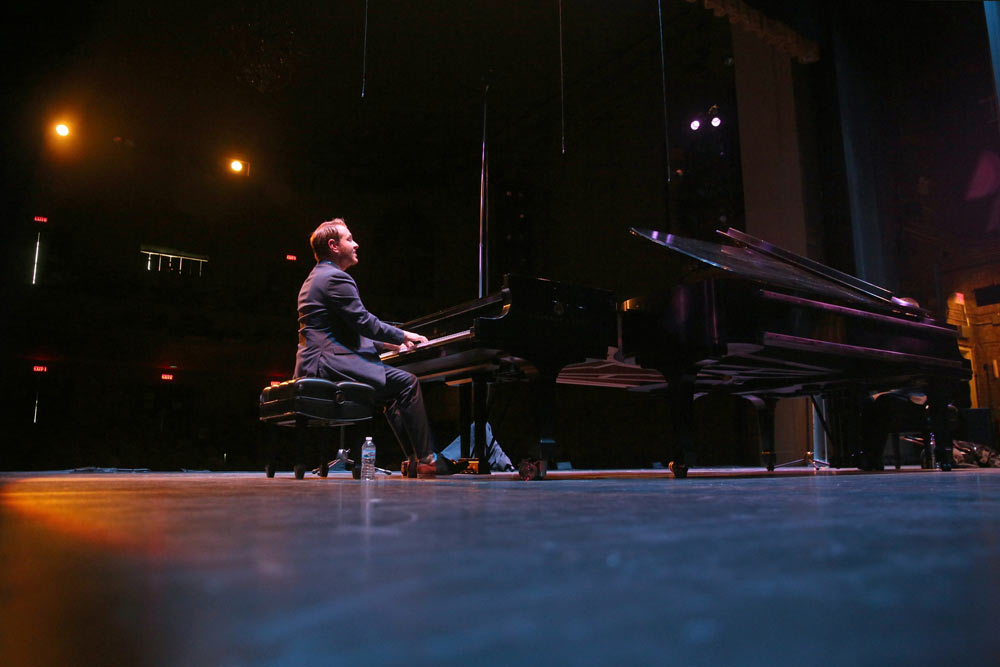 Jeremy Siskind playing piano on stage