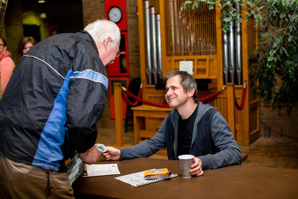 Piotr Anderszewski signing autographs
