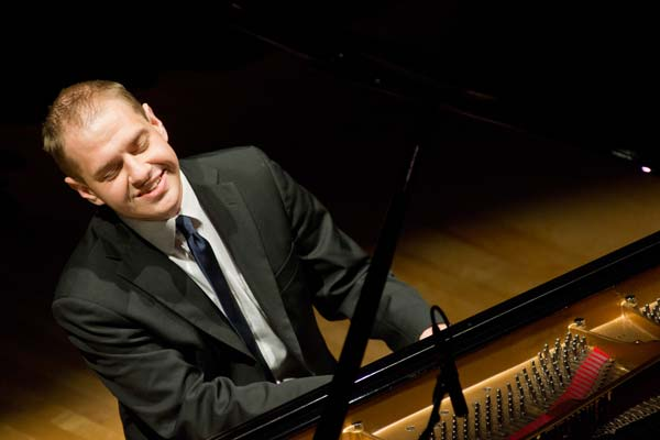 Jeremy Siskind smiling while playing the piano