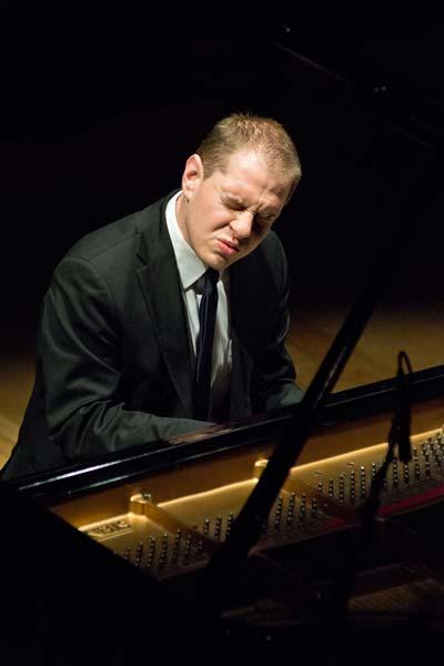Jeremy Siskind playing piano